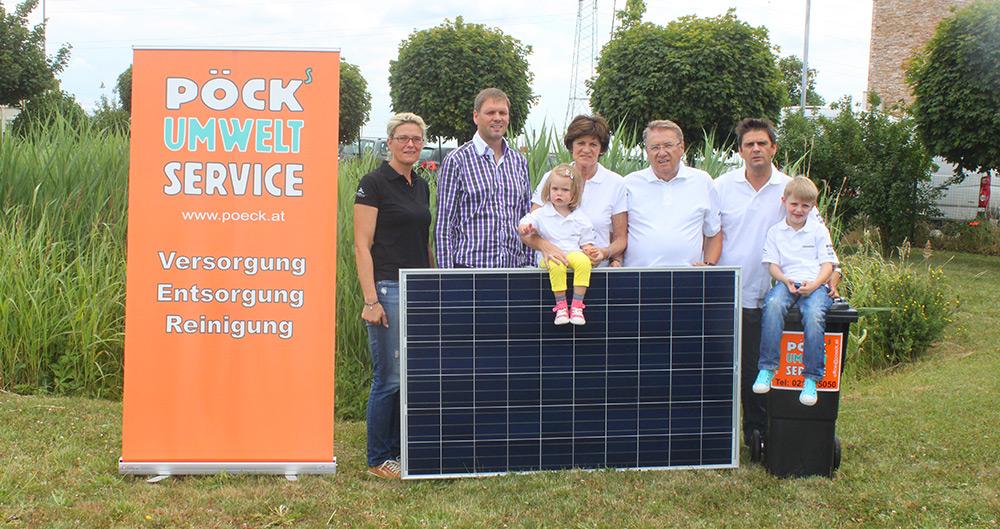 Familie Pöck mit Solarmodul