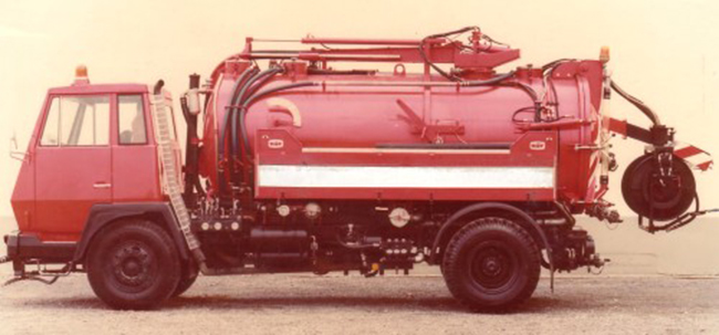 Frühes rotes Tankfahrzeug der Firma Pöck